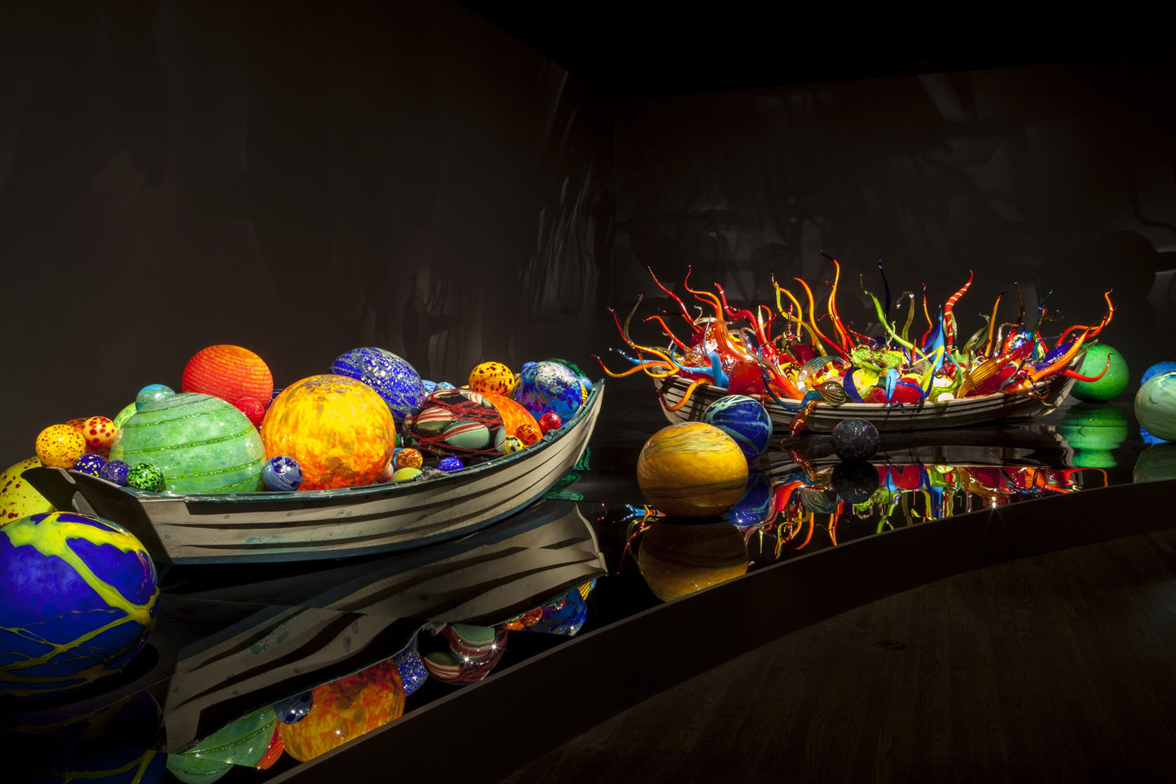 Dale-Chihuly-Float-Boat-and-Fiori-Boat_slide