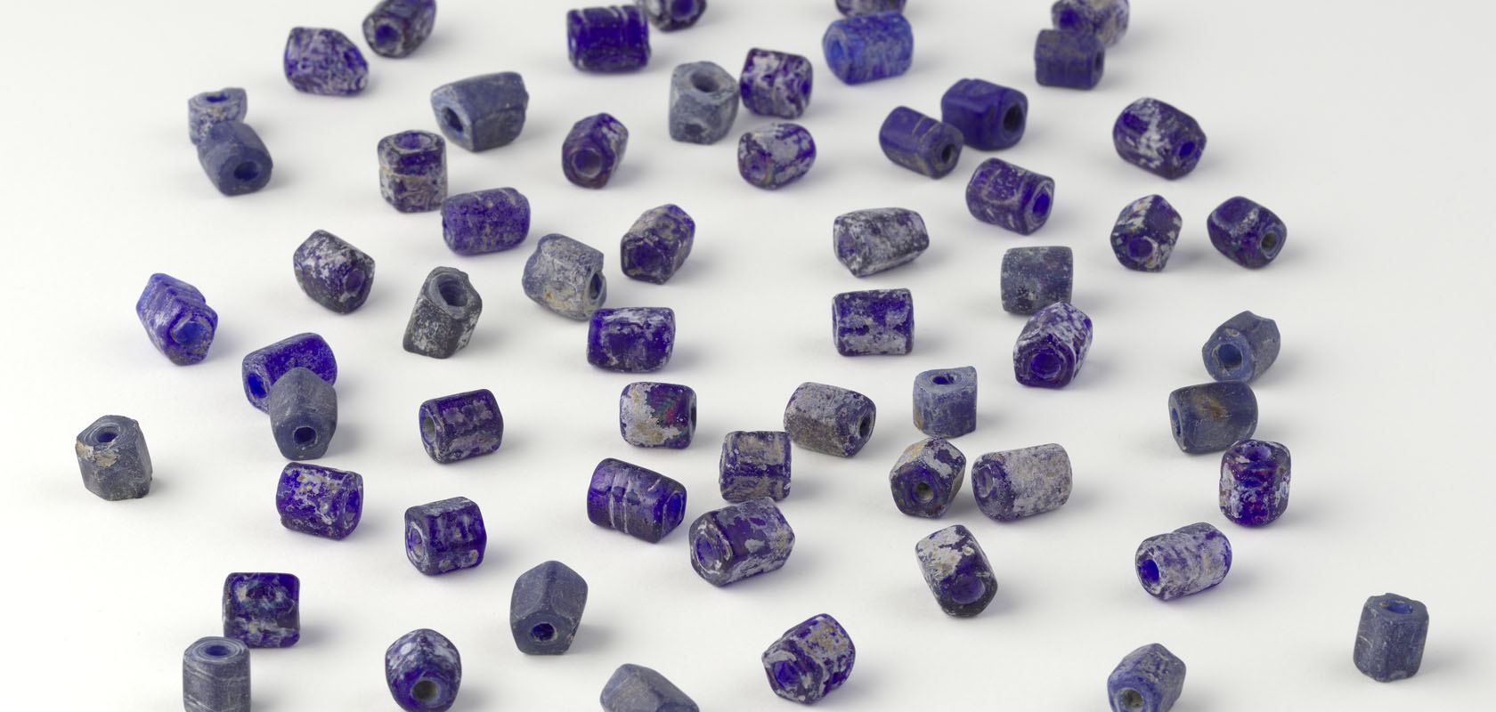 Selectie-blauwe-kralen-afkomstig-van-Sint-Eustatius-18de–19de-eeuw.-Glas-diverse-afmetingen-Oranjestad-Sint-Eustatius-1680x800-1